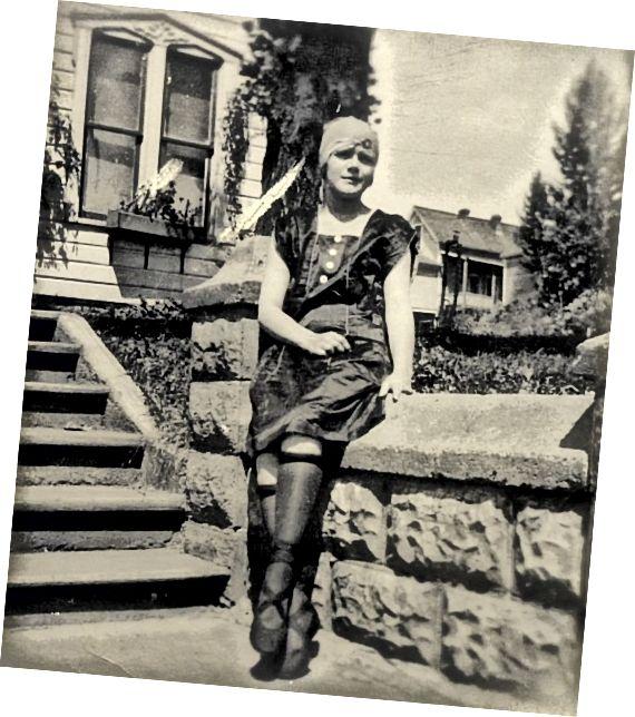 1920 की लड़की रोल्ड स्टॉकिंग्स के साथ