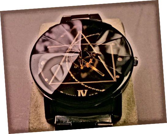 ध्यान दें कि इस JWH 88-9 घड़ी के निचले भाग में गलत रोमन अंक मुद्रित है।