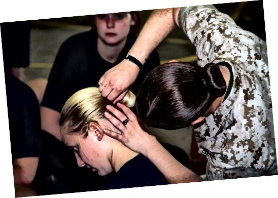 सीखें कि एक बोक बान कैसे बनाया जाए, जो एक महिला केश है जो सैन्य नियमों को पूरा करता है।