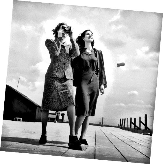 1943 से इस छवि में छोटे हेमलाइन, सरल रेखाएं, और लंबे बाल महिलाओं के फैशन को टाइप करते हैं।