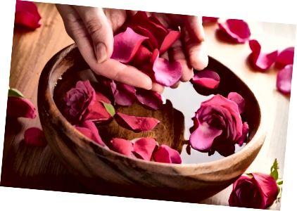 गुलाब की पंखुड़ियाँ और पानी शीशम है; यह इत्ना आसान है।