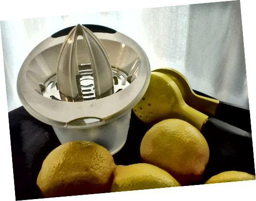 नींबू और अन्य खट्टे फलों को रस देने का छोटा काम करता है।