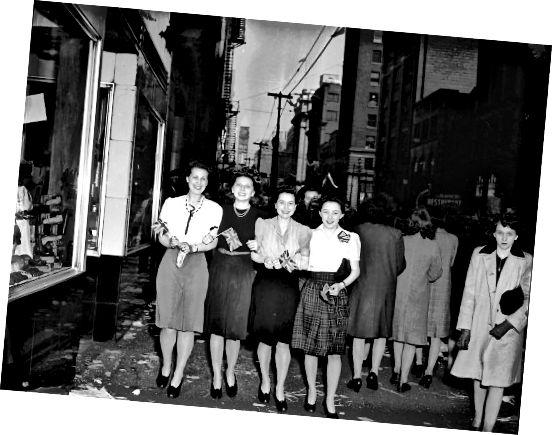 1940 के दशक में महिलाएं - फैब्रिक प्रतिबंध का मतलब छोटी स्कर्ट