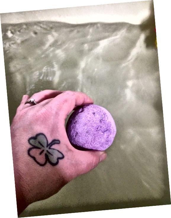 욕조에 라벤더 폭탄을 추가합니다.