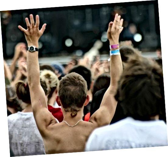 Βεβαιωθείτε ότι φοράτε ένα πουκάμισο σε μια συναυλία, αλλά μην φοράτε την ουρά του αρουραίου.