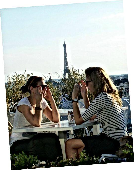 एफिल टॉवर के सामने खाना खाने वाली दो महिलाएं