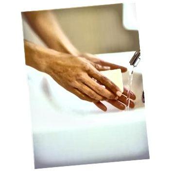 Latter Bar Seifen an der Hand, a benotzt dann de Wäsch op Äert naass Hoer an de Kapp fir propper ze wäschen.