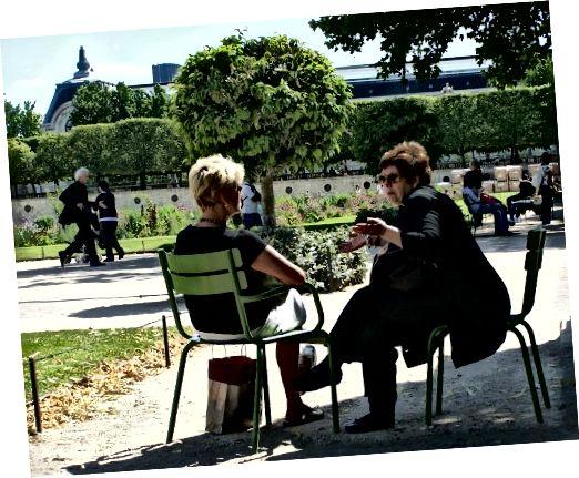 बात कर रही दो महिलाएं