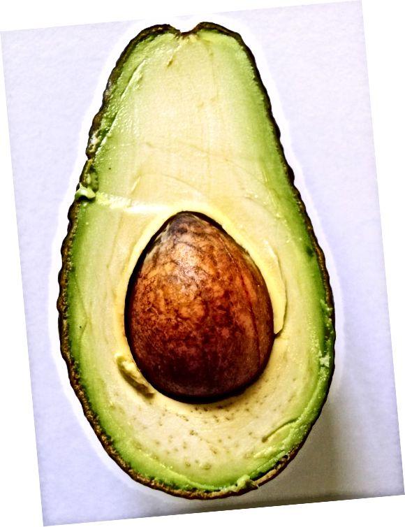 Eng Avocado Hoer Mask ka fir dréchent Hoer nähren.