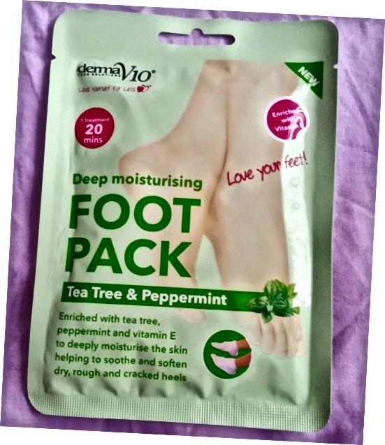 Η εξωτερική συσκευασία του Derma V10 Tea Tree και Peppermint Deep Moisturizing Foot Pack.