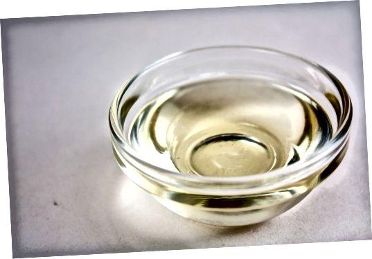 Kokosový olej ztuhne při nižších teplotách a stává se olejem při pokojové teplotě.