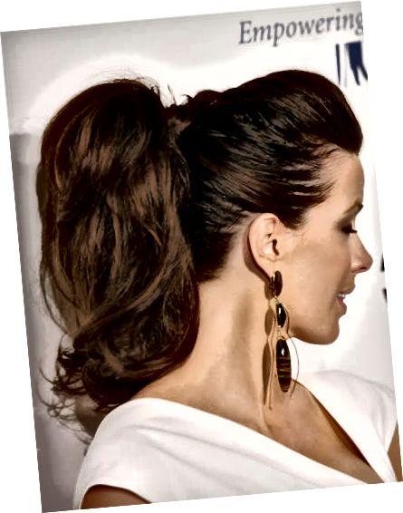 Păr periat pe spate pe partea superioară a capului, cu volum și economisiți în coada de ponei ridicată.