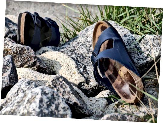 Сандалії Birkenstock на скелях, зображення CC0 Public Domain