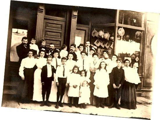 Чорныя спадніцы і белыя блузкі, але без велізарных пухавікоў 1890-х гадоў, а таксама белая сукенка з карункавымі пластамі размясцілі гэтую фатаграфію ў пачатку 1900-х гадоў.