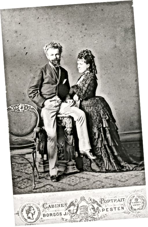 Années 1870: l'agitation volante haute avec train et boucles de saucisses suspendues à l'arrière de sa tête suggèrent que cette photo a été prise dans les années 1870.