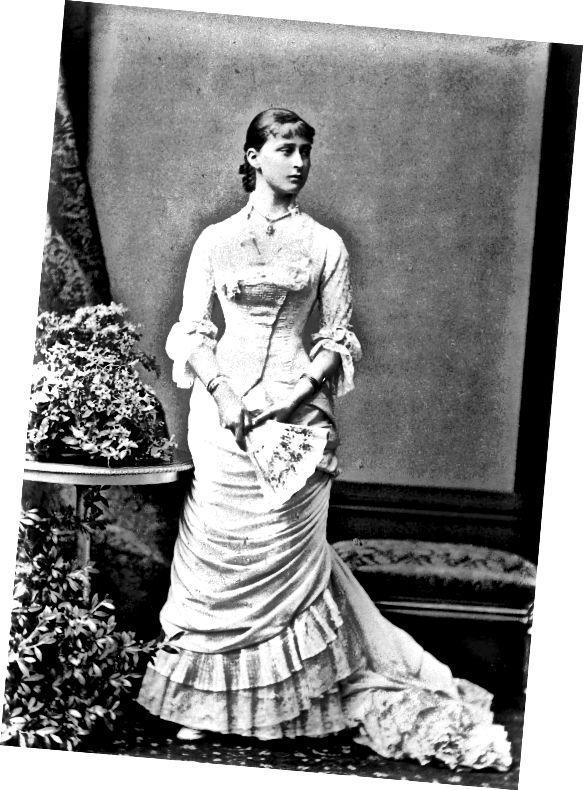 Notez le drapé horizontal et légèrement diagonal de la jupe étroite. Le corsage s'évase sous la taille et s'adapte aux hanches. Notez également une frange indiquant. Vers le début des années 1880