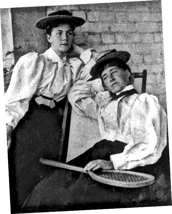 Звярніце ўвагу на вялікія рукавы; Лёгкая блузка, запраўленая цёмнай спадніцай, гальштукамі і капялюшамі з саламянага каўпака, мяркуе 1890-я.