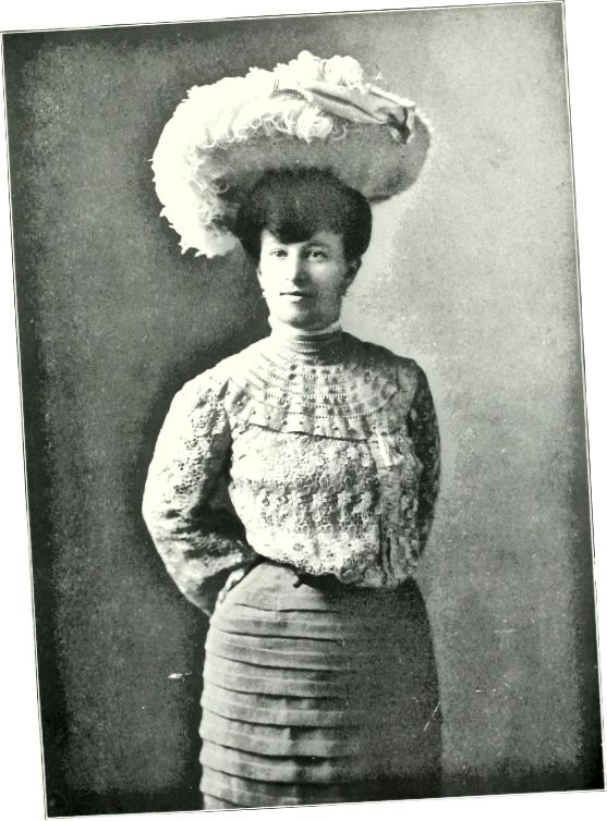 1900–1910 гг .: велізарная шапка на распушчаных валасах, распушчаная пярэдняя, закручаная кофтачка, упрыгожаная тонамі карункаў, датуюць гэтую фатаграфію ў пачатку 1900-х гадоў.