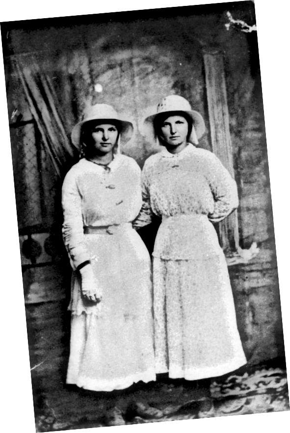 1910–1920 гг.: Простыя каўнерыкі і ніжнія лодыжкі пераходзяць на гэты малюнак да 1910-х гадоў. Звярніце ўвагу на доўгую блузку тыпу тунікі.