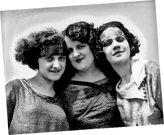 Les cheveux frisés et ondulés; bandeaux horizontaux; et l'air désagréable date cette photo des années 1920.
