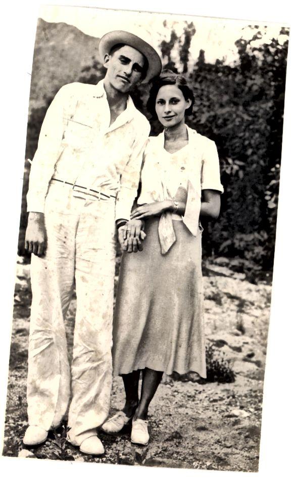 Années 30 - coupe de cheveux bob simple; taille normale, ceinture; près de la jupe des hanches, plus lâche près de l'ourlet; noeud de chat chatte déliée