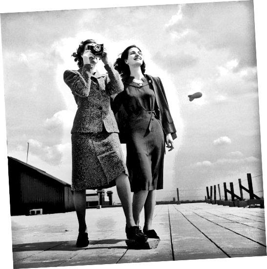 Les ourlets aux genoux, le design simple, les épaulettes et les cheveux plus longs datent celui-ci dans les années 1940.