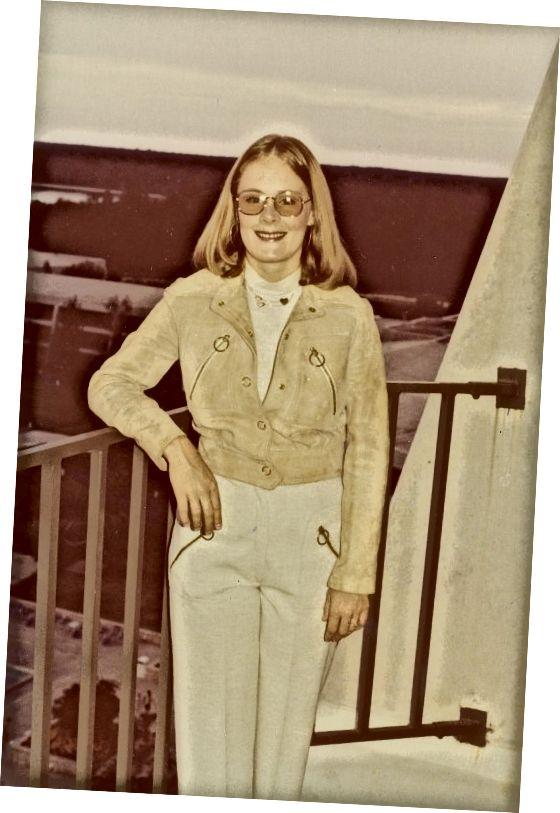 Cheveux lâches et insouciants, veste et pantalon en jean, taille courte et look naturel suggèrent les années 1970. Tout ce que vous avez vraiment besoin de voir est la teinte jaune bizarre.