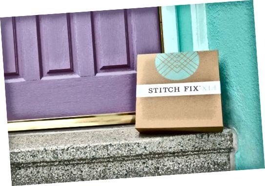 Stitch Fix box čeká na dveře se spoustou šatů a halenek, kalhot a dobrot uvnitř.