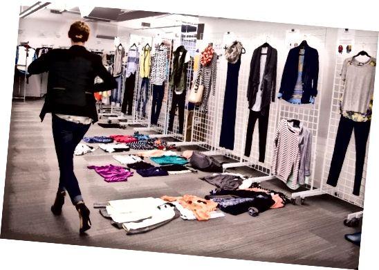 Osobní stylista v kanceláři Stitch Fix hledá skvělé kombinace oblečení.