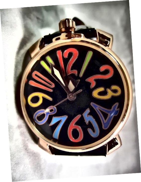 ساعت اتوماتیک برنده u8060. اعداد رنگارنگ بزرگ یادآور سبکی است که توسط Franck Muller استفاده کرده است
