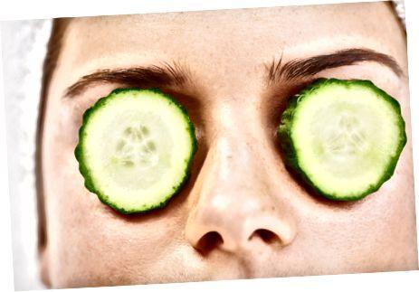 खीरे वास्तव में आपकी आंखों के आसपास की सूजन को कम करने में प्रभावी हो सकते हैं।