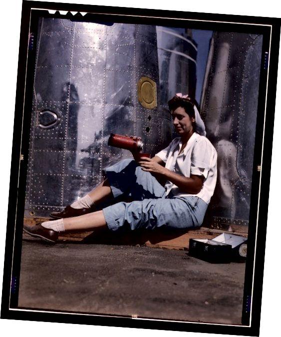 Femeie în jeans în timpul celui de-al doilea război mondial