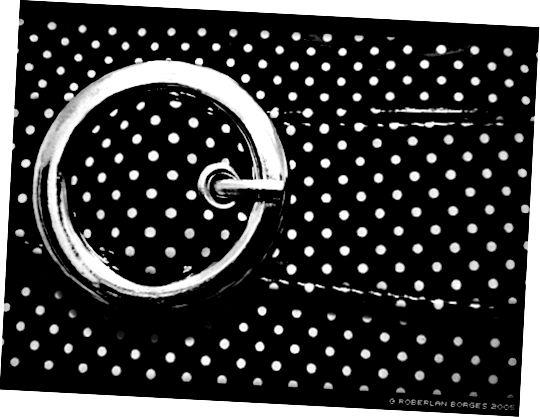 A co pásový puntíkovaný opasek, který dokončí vaše černobílé oblečení?