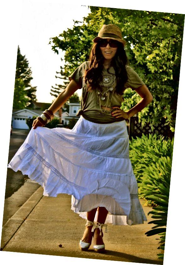 Λευκή φούστα maxi με μπλουζάκι και καπέλο.