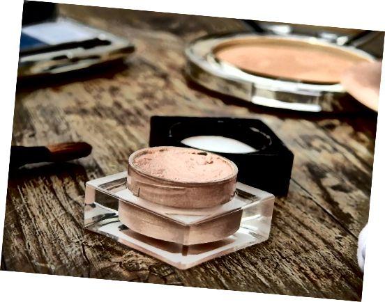Όταν εφαρμόζετε μακιγιάζ και άλλα προϊόντα στο δέρμα σας, προσέξτε να μην χρησιμοποιείτε υπερβολικές ποσότητες.