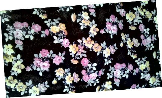 काले चमड़े पर छोटे पीले, हल्के गुलाबी, और लैवेंडर फूलों का प्यारा मिनी टेडी पैटर्न।