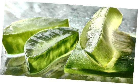 यदि आपके पास एलो वेरा का पौधा है, तो आप एक पत्ता काट सकते हैं और अपनी त्वचा पर रस पोंछ सकते हैं।