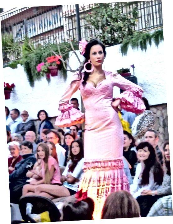 Un desfile de moda flamenca en mi ciudad adoptiva, Estepona, Andalucía, España