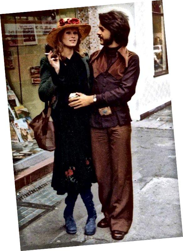 Hippie styl byl ovlivněn historickým, romantickým a americkým západním oděvem.