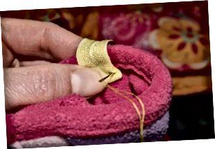 Η Έμιλυ σας καθοδηγεί σε κάθε βήμα για να συνδέσετε γάντια με ένα παιδικό μπουφάν.