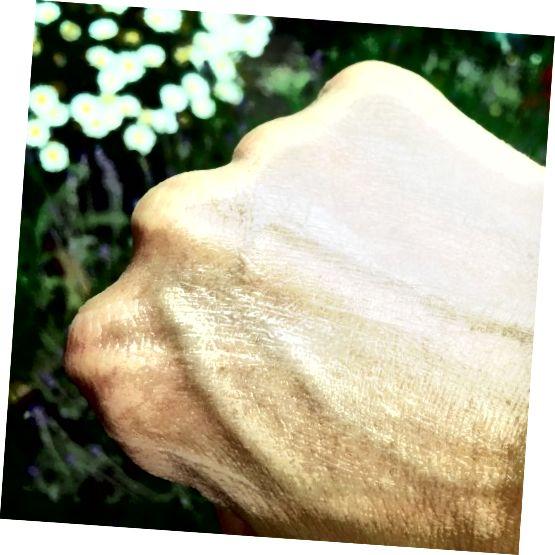 వాసెలిన్ ఉపయోగించి చాప్డ్ చేతులను ఓదార్చండి మరియు రక్షించండి