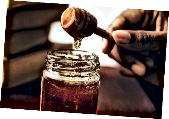 꿀은 천연 보습제이므로 모발에 수분을 끌어들입니다.