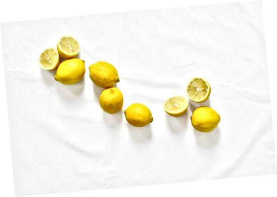 물에 섞인 갓 짜낸 레몬 주스를 사용하여 머리카락을 밝게하십시오.
