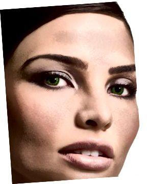 Model na sobě zelené kontaktní čočky FreshLook.