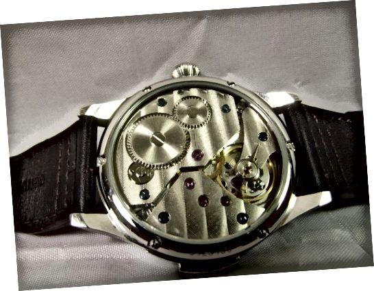 Μηχανικό ρολόι Parnis Mechanical με Seagull 6497 Movement. Σημειώστε το μοχλό (για ρύθμιση της ακρίβειας) πάνω από τον τροχό ισορροπίας του ρολογιού.