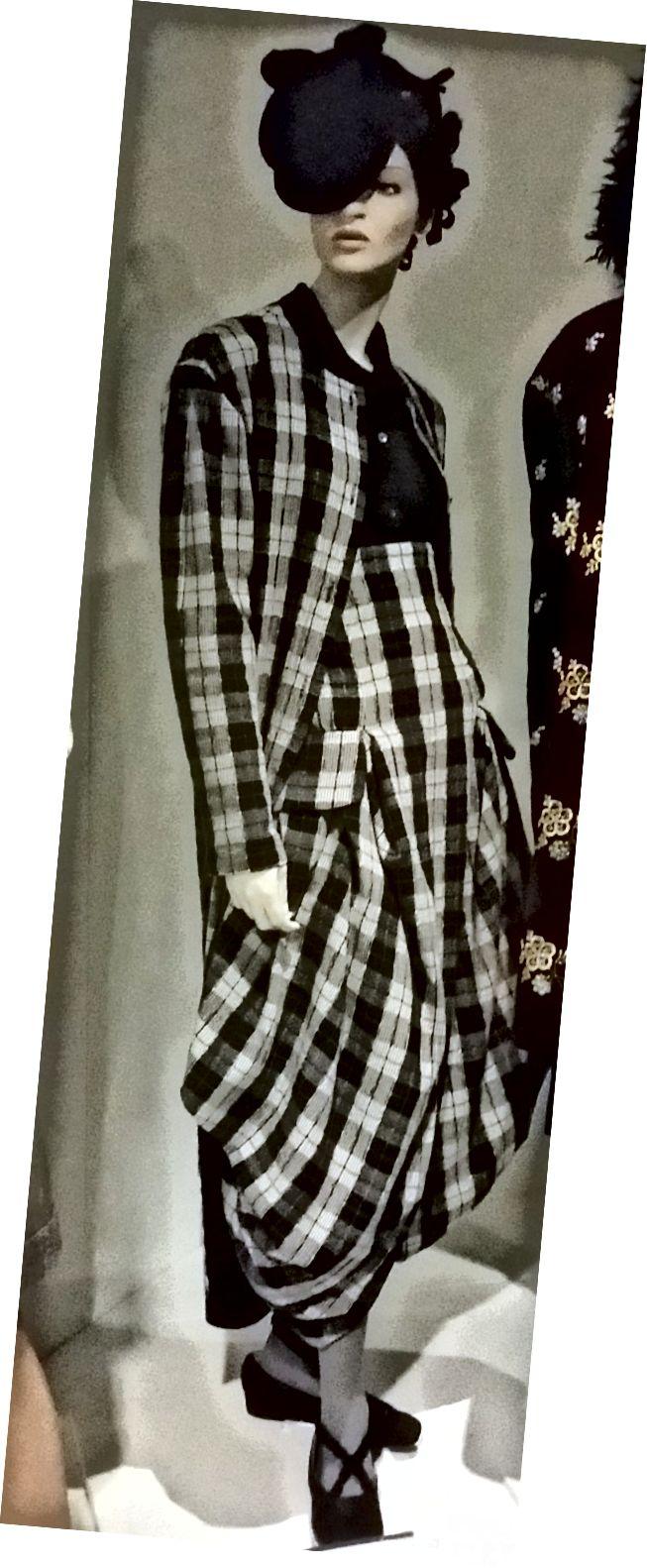 वर्ष 1987 की जॉन गैलियानो पोशाक।