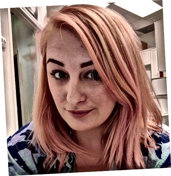 एक गुलाबी या हल्के गुलाबी रंग का डाई सुनहरा गुलाबी बाल पाने का एक शानदार तरीका है।