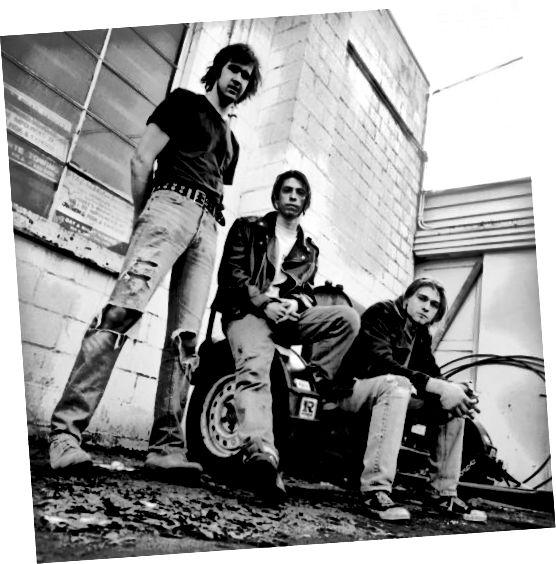 Och de Kurt a seng Crew huet gewisen, datt geriwwe Jeans op den 90er Jore cool waren, an net eng dënn Pair am Gesiicht. Chic Grunge verdammt.