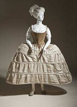 Στεφάνι με κουκούλα ή βαλίτσα, Αγγλικά, 1750-80. Λευκά υφάσματα και καλάμι. Μουσείο Τέχνης της Κομητείας του Λος Άντζελες, Μ.2007.211.198.