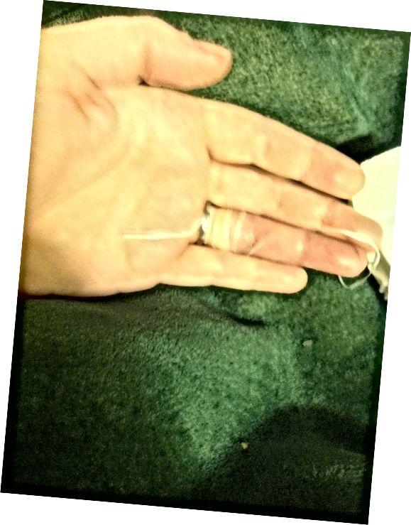 अंगूठी के नीचे गए स्ट्रिंग के हिस्से को खींचकर खोलना शुरू करें - अपनी उंगली के अंत की ओर अपनी कलाई से दूर खींचें